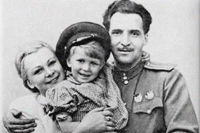 Валентина Серова. Вторым мужем звезды кино СССР был поэт Константин Симонов, замуж за которого она вышла без особого желания, уступив его напору. С сыном Валентины от первого брака отношения у Симонова не ладились и он настоял на том, чтобы она отправила его в интернат.