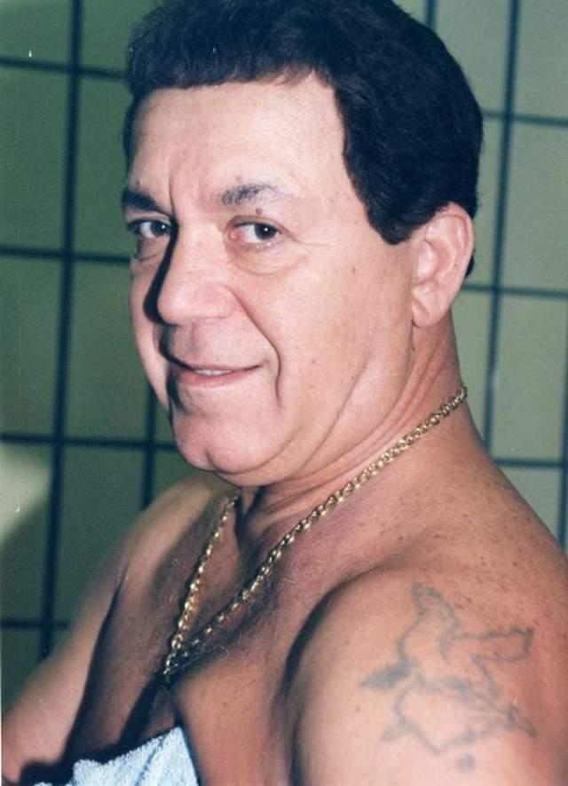 В одном из интервью Иосиф Кобзон признался, что в 13 лет обзавелся множеством татуировок во время отдыха с деревенскими пацанами. Большинство из них певец свел, а вот орел на плече остался.