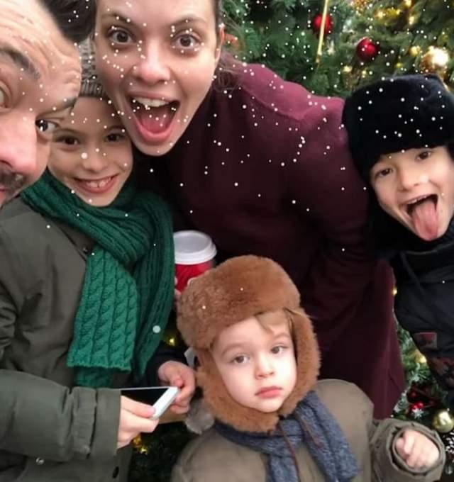 Сергей Жуков показал большую семью под елкой.