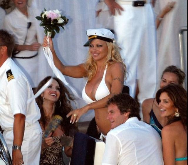 Звезда Playboy решила не надевать классическое подвенечное платье, а предпочла белый купальник в сочетании с кепочкой моряка.