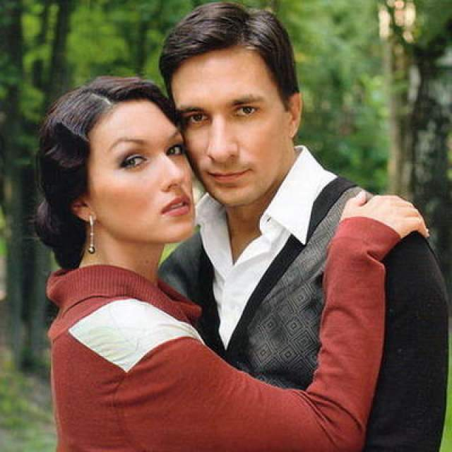 После шести лет фактического брака с Антипенко (2006-2012) Юлия осталась одна с двумя детьми, но руки не опустила. Более того, как раз 2013 год стал одним из самых успешных в ее карьере - тогда она снялась сразу в пяти фильмах и сериалах.