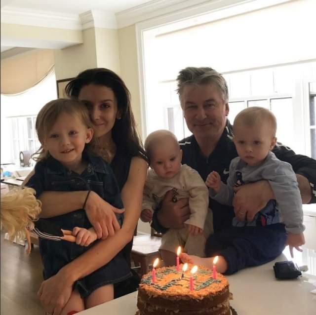 Сегодня Алек счастливо женат на 32-летней Хиларии, она инструктор по йоге. У них четверо детей, и все - общие. А недавно пара заявила, что хочет еще одного малыша. А вот Ким замуж больше не вышла.