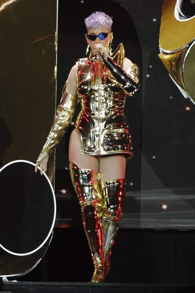 Более того, Кэти на днях продемонстрировала, что ее нисколько не волнует общественное мнение. На сцену AccorHotels Arena в Париже она поднялась в золотом сценическом наряде длины мини и беззастенчиво поклонникам свои новые формы и цвет волос.