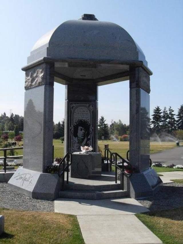 Джими Хендрикс. Музыкант похоронен в Мемориальном парке Гринвуд в Рентоне, штат Вашингтон, а его могилу украшает величественный каменный павильон.