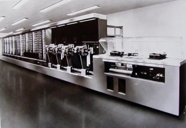 Компьютер. Первым в мире компьютером был американский программируемый компьютер, который разработал и построил в 1941 году гарвардский математик Говард Эйксон.