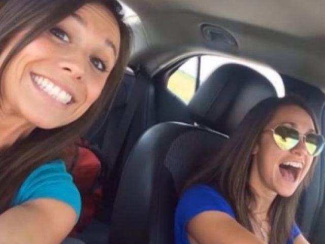 Одни из самых опасных селфи - фото в авто прямо на ходу. Пример тому - селфи за секунду до аварии. Девушка слева, Коллет Морено, погибла.