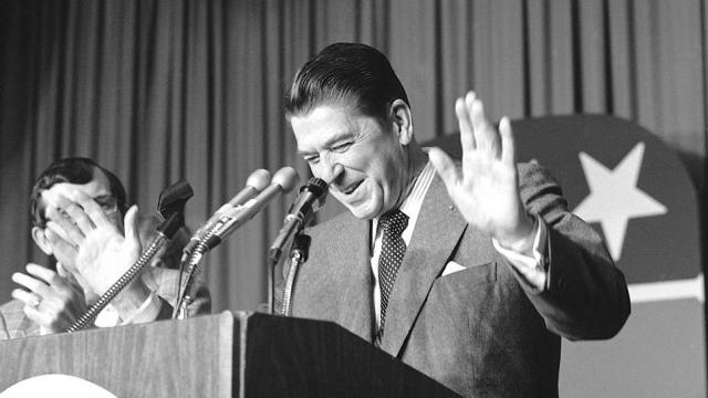 """Не зная о том, что он уже находится в прямом эфире, Рейган решил пошутить и сказал во всеуслышание: """"Дорогие американцы, я рад сообщить вам, что только что подписал закон об объявлении России вне закона на вечные времена. Бомбежка начнется через пять минут""""."""