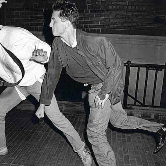 Шон Пенн бьет надоевших фотографов. На фото Пенн бьет Винни Дзуффанте в Нью–Йорке. Шел 1986 год. Шон Пенн и его супруга Мадонна попали под атаку папарацци возле своей квартиры. Что примечательно, фото сделано другим папарацци — упомянутым выше суперпопулярным фотографом Роном Галелла.