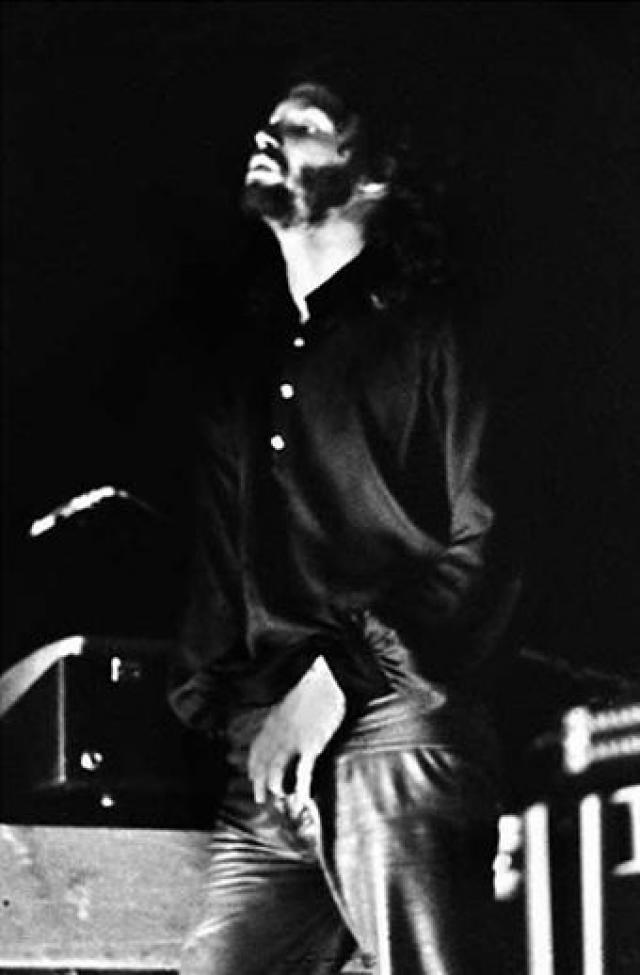 """Затем вокалист начал раздеваться под песню """"Light My Fire"""" и продемонстрировал свои половые органы поклонникам, сопроводив выходку комментарием: """"Выпустим на свободу короля-ящера""""."""