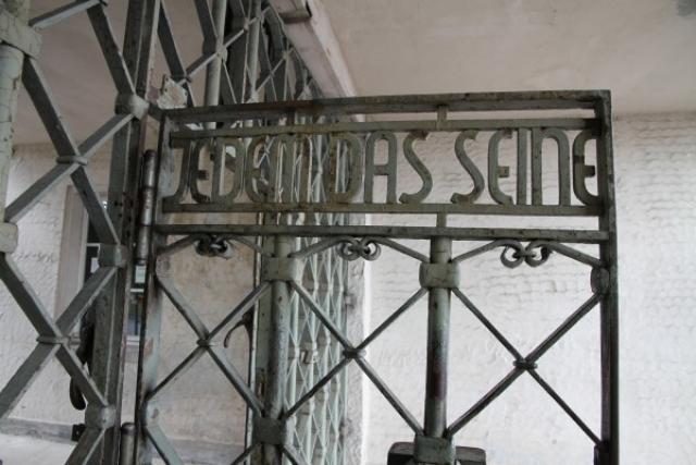 """Уже в феврале 1938 года коменданты придумали пыточное помещение под названием """"бункер"""", где предстояло развлекаться надсмотрщику Мартину Зоммеру. Оно было расположено слева от ворот с надписью Jedem das Seine."""