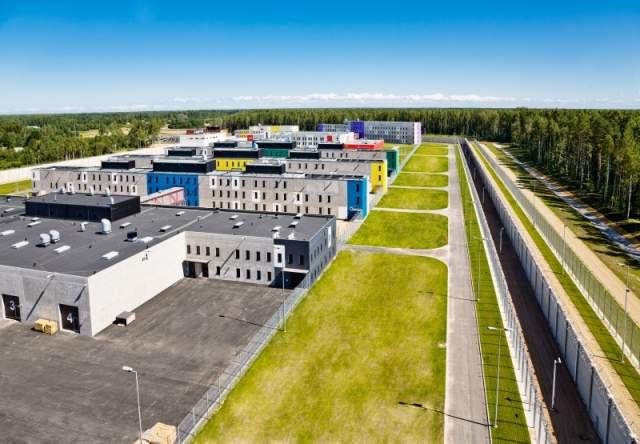 Начав политику европеизации, Эстония избавилась от советского наследия в виде тюрем лагерного типа, и в 2006 году открыла тюрьму Виру. Она находится в 30 км от границы с Россией.
