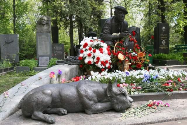 Юрий Никулин. Могилу всеми любимого актера украшает скульптурная композиция: курящий задумчивый актер в шляпе, у ног которого лежит ризеншнауцер - первая собака, которую артист привез из-за границы.