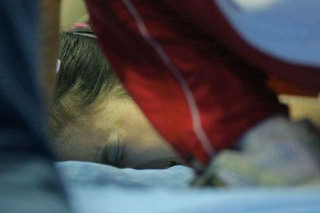 Ван Янь. На чемпионате страны 15-летняя китайская гимнастка, выполняя упражнения на брусьях, зацепилась ногой за одну из жердей и упала головой на жесткий мат.