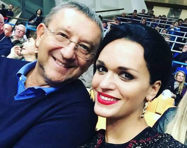 Когда Анатолий еще был официально женат на другой, Слава начала постоянно появляется с ним на всех официальных мероприятиях.