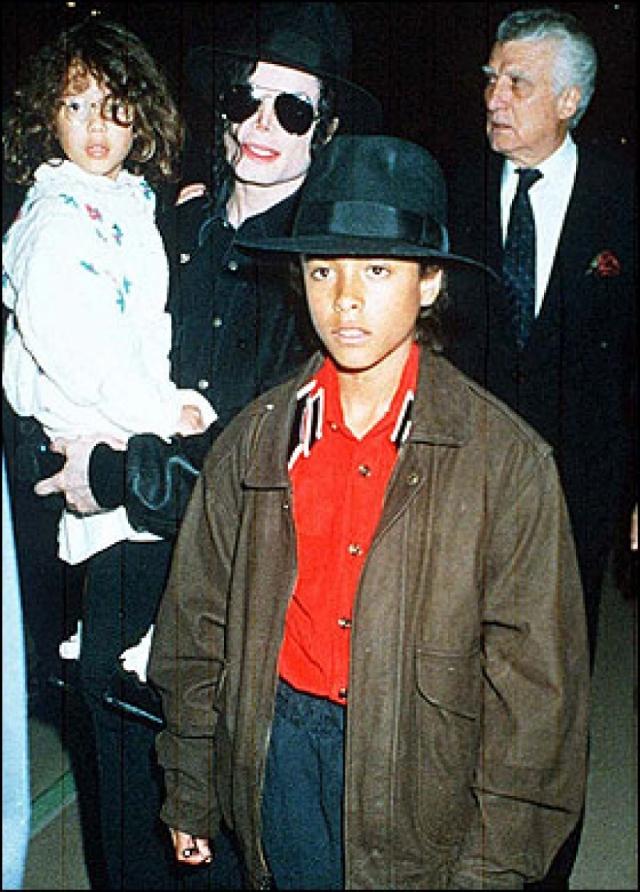 Последовало скандальное расследование, в ходе которого Майклу пришлось показать свои гениталии для сравнения с тем, что описывал мальчик. Джексон заплатил семье Чандлера $22 миллиона, после чего Джордан отказался свидетельствовать против Майкла.