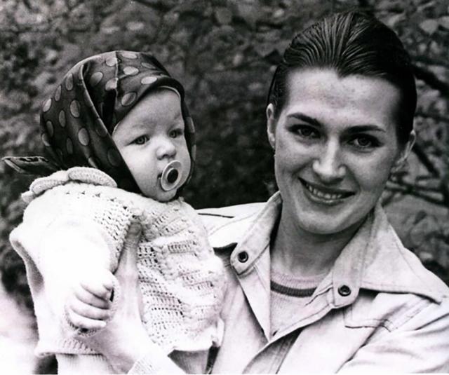 После этого Галину вызвали на беседу с представителями власти, где четко дали понять, что отношения с иностранцем ей лучше разорвать. В 1975 году у Логиновой и Йововича родилась дочь Милла.