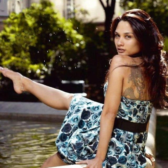 Дани Вериссимо. Она начала сниматься во французском порно под псевдонимом Элли Мак Тиана, вскоре после того, как стала совершеннолетней. Спустя полтора года ее стали приглашать на роли в обычных фильмах.