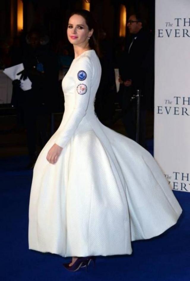 """Британка Фелисити Джонс на премьеру фильма нарядилась """"кентавром""""."""