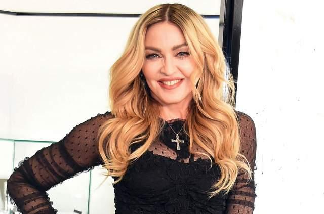 Мадонна. Образ певицы не отделим от неизменно светлых оттенков волос, но и за ее плечами есть эксперименты с превращением в брюнетку.