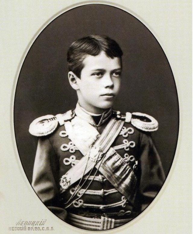 Интереса к государственным делам юный наследник не проявлял, время от времени ему приходилось присутствовать на заседаниях Государственного совета, но там он не мог дождаться конца мероприятия. Гораздо больше он любил светскую жизнь, обожал оперу и балет.