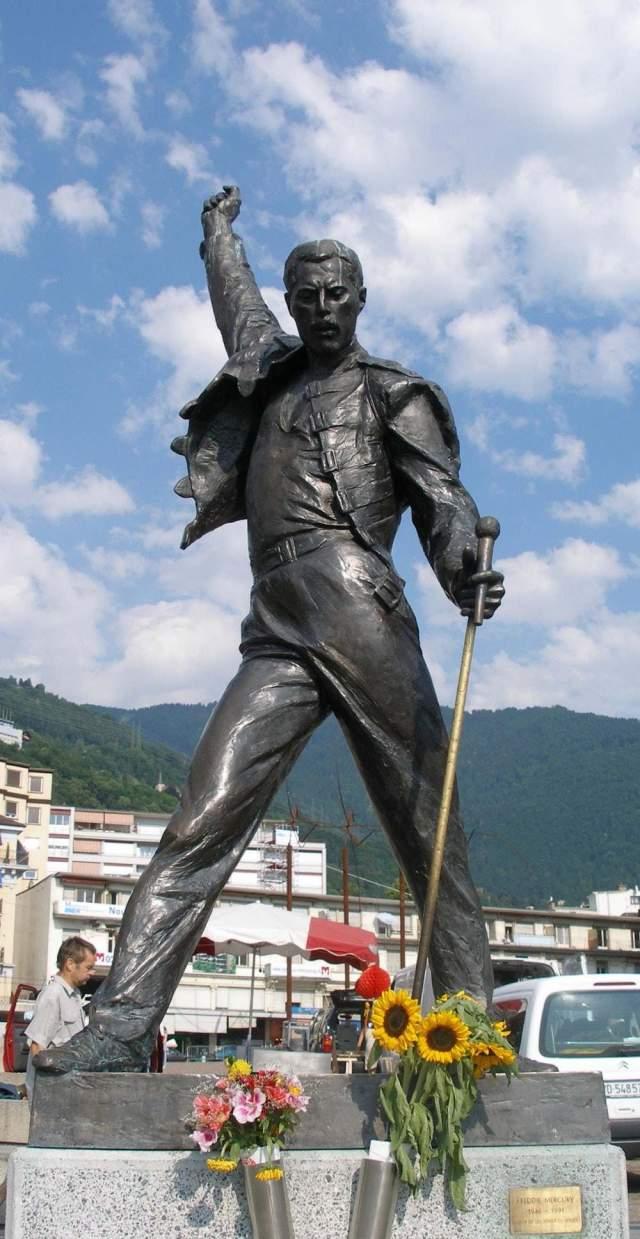 Фредди Меркьюри. Хотя прах певца и был развеян, его местом памяти и своеобразным надгробием считается скульптурный портрет в швейцарском Монтре. Изваяние было изготовлено в 1996 году, спустя пять лет после смерти актера.