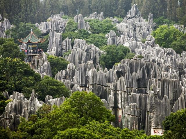 Зубчатые карстовые столбы в китайском Куньмине. Gonzales Photo, Carsten Fjellerad/Corbis