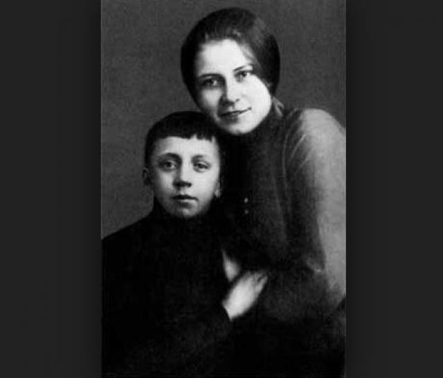 Юрий Есенин. Первый сын Есенина родился 21 декабря 1914 года. И, пожалуй, лишь его понянчил поэт, правда, в течение всего одного месяца, после чего покинул его мать.