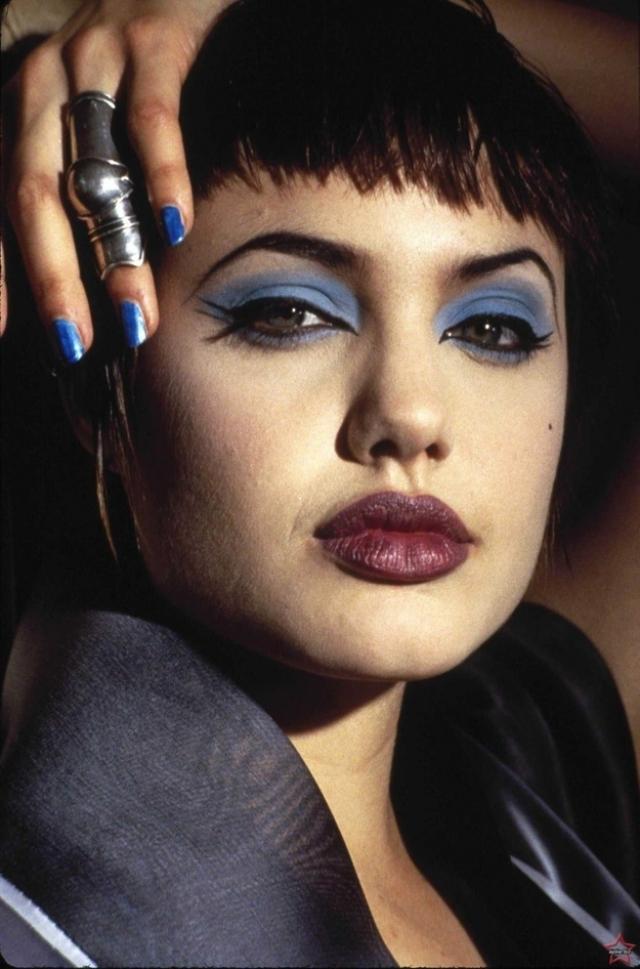 Анджелина Джоли. Актриса всегда экспериментировала со стилем, но порой это явно заводило ее слишком далеко.