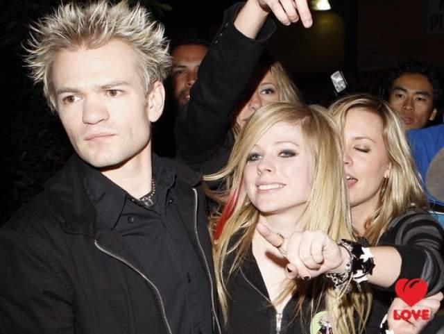В первый раз певица вышла замуж еще будучи относительно популярной - за вокалиста Sum 41 Дерика Уибли. Через четыре года они развелись, поскольку переросли друг друга: на момент брака Аврил было 19, а Дерику - 21 год.