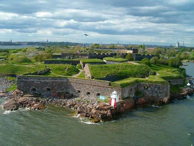 """Суоменлинна, или Свеаборг (""""Финская крепость""""). Построена на восьми скалистых островах, называемых """"Волчьи шхеры"""". Из них пять связаны друг с другом мостами или косами, а другие три обособлены друг от друга."""