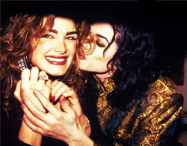 Брук Шилдс и Майкл Джексон. 1983-1985. С актрисой король поп-музыки встречался, когда оба были на пике своей популярности. Интриги их союзу добавило заявление мамы Брук о том, что ее дочь даже после встреч с Джексоном осталась девственницей.