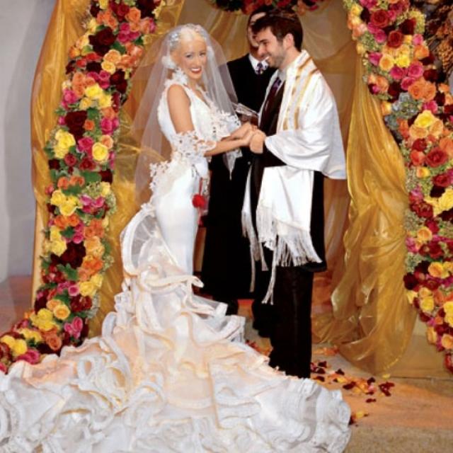 Кристина Агилера. Певица выходила замуж в стильном узком платье от Кристиана Лакруа. И все бы ничего ,если бы не ужасающий шлейф.