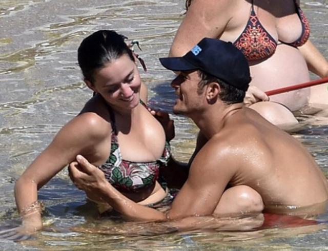 Орландо Блума папарацци застукали за тем, как он ласкал грудь своей возлюбленной Кэти Перри на общественном пляже.