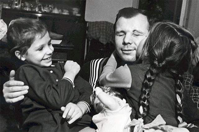 """Юрий Гагарин с дочерьми. Девочек первый космонавт называл """"болтушки-хохотушки"""" и """"прилипалы"""", поскольку они не отходили от него ни на шаг."""
