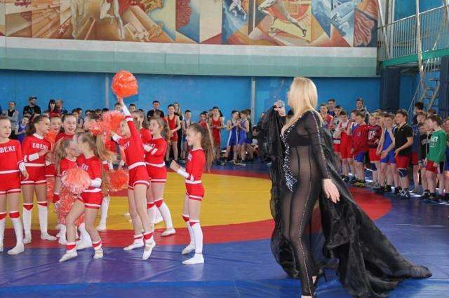 Украинка Лора Суперфин , в 2016 году завоевавшая звание «Миссис Мира» на международном конкурсе красоты ООН, стала одной из самых обсуждаемых персон в российском Интернете благодаря выбору костюма для детского спортивного мероприятия.