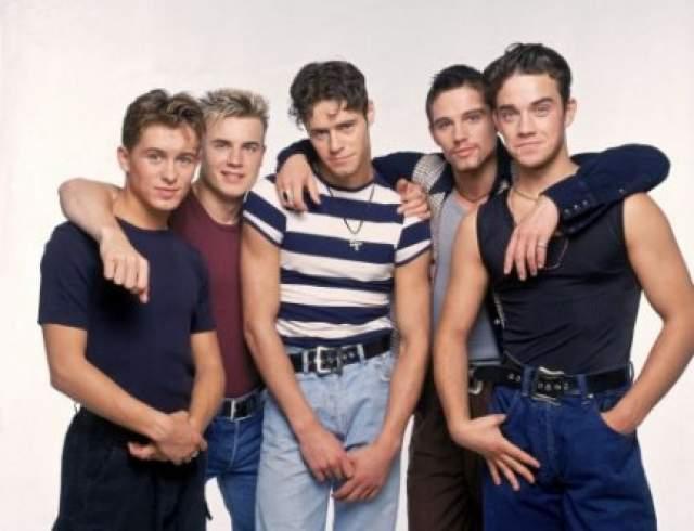 Робби Уильямс, 44 года. 17 июля 1995 года музыкант покинул популярную в те годы группу Take That, чтобы начать сольную карьеру. В феврале 1996 года группа выпустила свой последний трек.