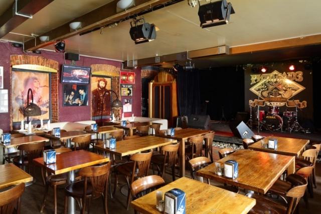 Хотя при этом Меладзе вместе с рок-музыкантами Андреем Макаревичем и Стасом Наминым владеет долей в московском Rhythm&Blues Cafe.