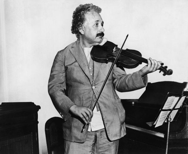 Эйнштейн страстно любил музыку, особенно сочинения XVIII века. В разные годы среди предпочитаемых им композиторов были Бах, Моцарт, Шуман, Гайдн и Шуберт, а в последние годы - Брамс. Хорошо играл на скрипке, с которой нигде не расставался.