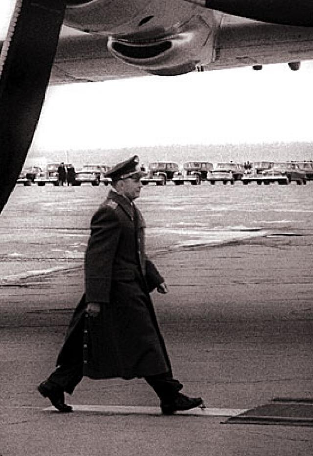 Между тем сын Никиты Хрущева, присутствовавший на той церемонии, уверяет, что шнурки у Гагарина были в порядке. Подвела героя космоса подтяжка для носков.