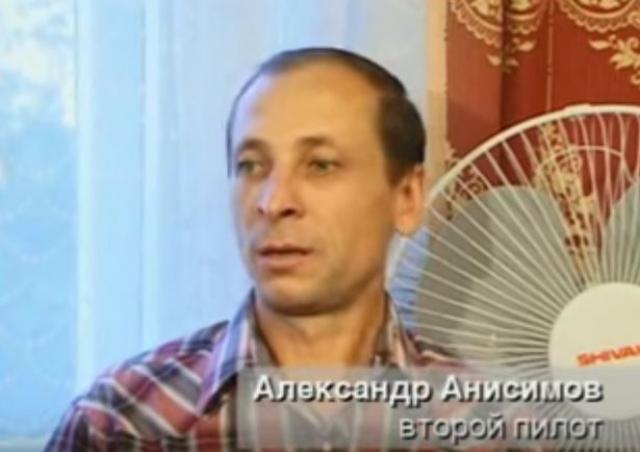 Второй пилот, Александр Анисимов, предложил командиру расправиться с захватчиками самостоятельно: у экипажа было личное оружие - пистолеты Макарова, а в случае опасности пилоты могли стрелять на поражение.