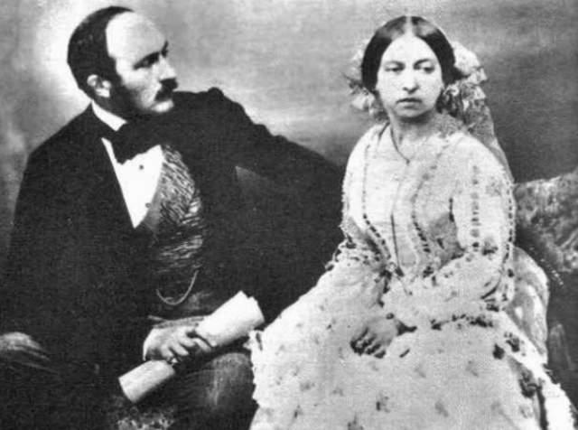 У фрейлины Флоры Гастингс начал увеличиваться живот. Ее обвинили в небрачной связи с сэром Джоном Конроем . Виктория всячески травила своего учителя за это. Но вскоре выяснилось, что у Гастингс не беременность, а рак печени.
