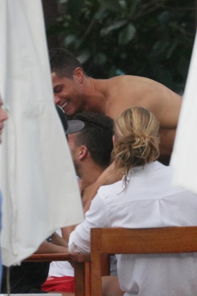 Снимки сразу вызвали подозрения у СМИ в том, что Криштиану сменил ориентацию.