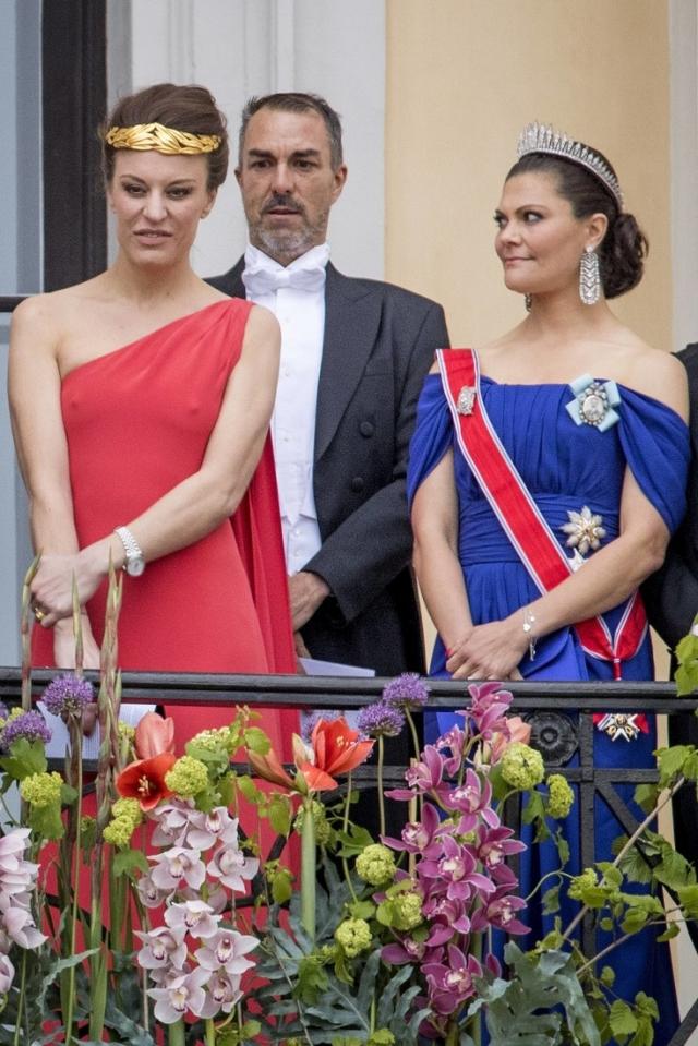 Дочь шведской графини Дезире Когевинас шокировала других приглашенных на празднование юбилея короля и королевы Норвегии выбором наряда.