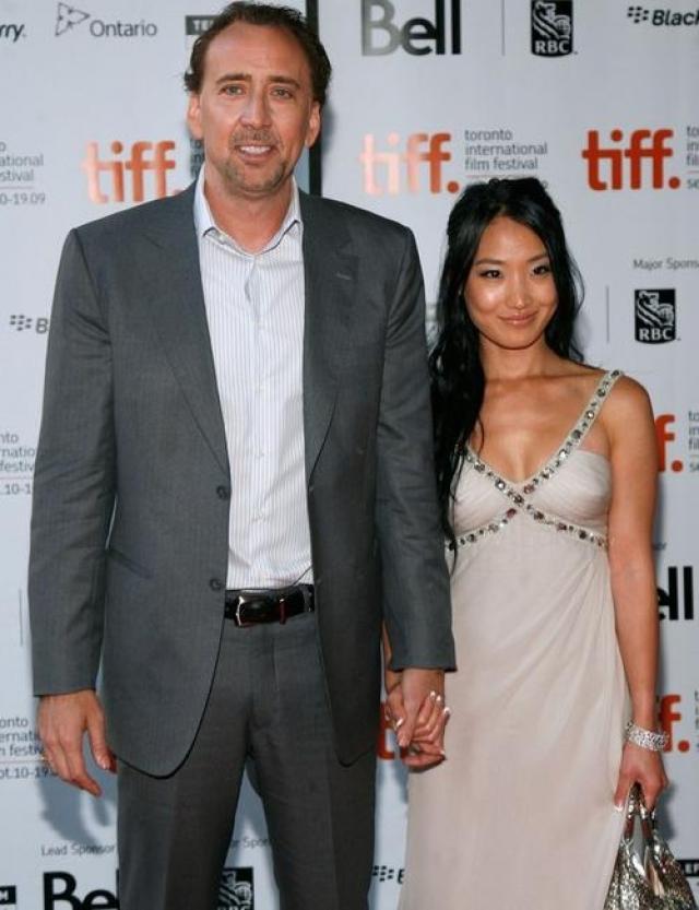Николас Кейдж и Элис Ким. После двух неудачных браков с известными актрисами в 2004 году актер женился на 20-летней официантке из суши-ресторана.