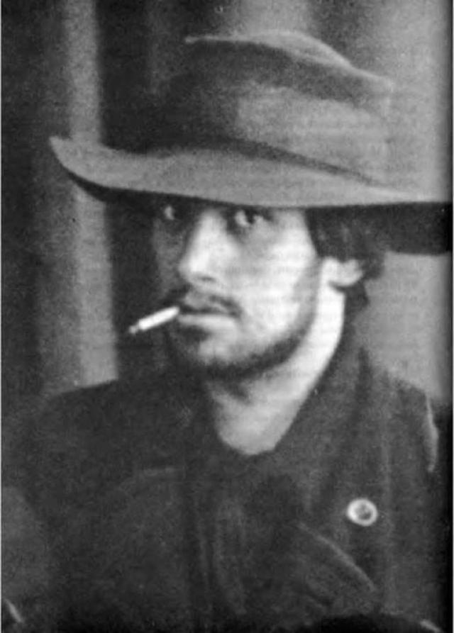 В Москве Маяковский познакомился с революционно настроенными студентами, начал увлекаться марксистской литературой, в 1908 году вступил в РСДРП, вел революционную пропаганду. За революционные настроения его трижды арестовывала полиция.