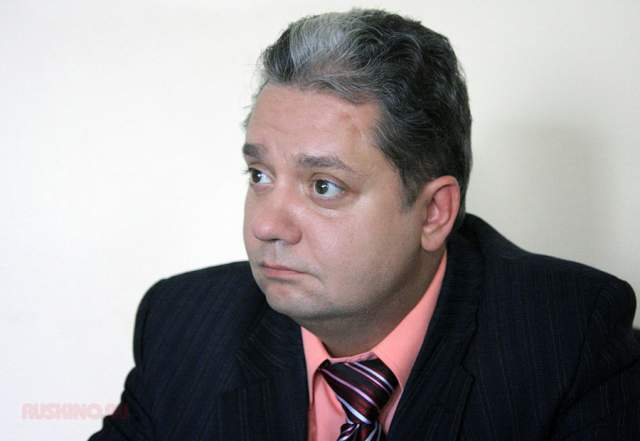 """Дмитрий Барков (Петров) занимается своим бизнесом по продаже запчастей к авто, иногда снимаясь в криминальных сериалах (""""Менты"""", """"Агент национальной безопасности"""")."""
