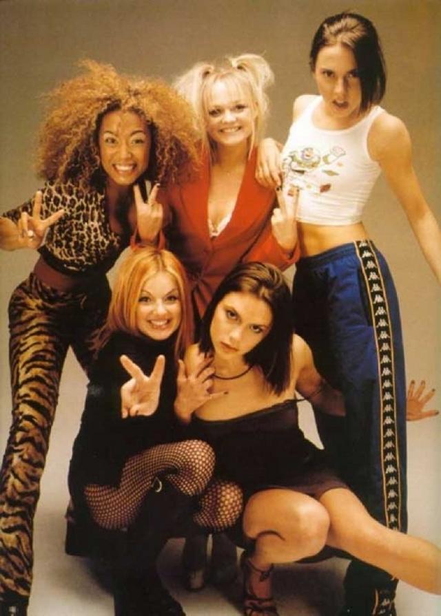 """Spice Girls. Английская женская поп-группа была образована в Лондоне в 1994 году, а уже через два года их дебютный сингл """"Wannabe"""" покорял чарты. В нашей стране, как и по всему миру девчонки были просто без ума от пятерки певиц."""