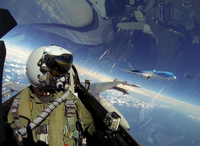 """Пилот королевских ВВС Нидерландов сделал селфи на фоне реактивного пассажирского самолета """"Boeing 787 Dreamliner""""."""