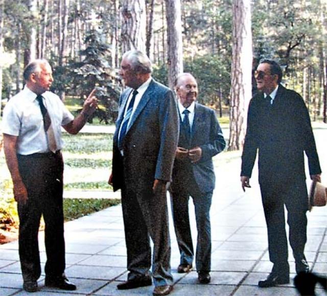 Дача с самого начала внушала опасения охране Горбачева, поскольку располагалась на открытом месте. Охрана КГБ несла удвоенную вахту денно и нощно.