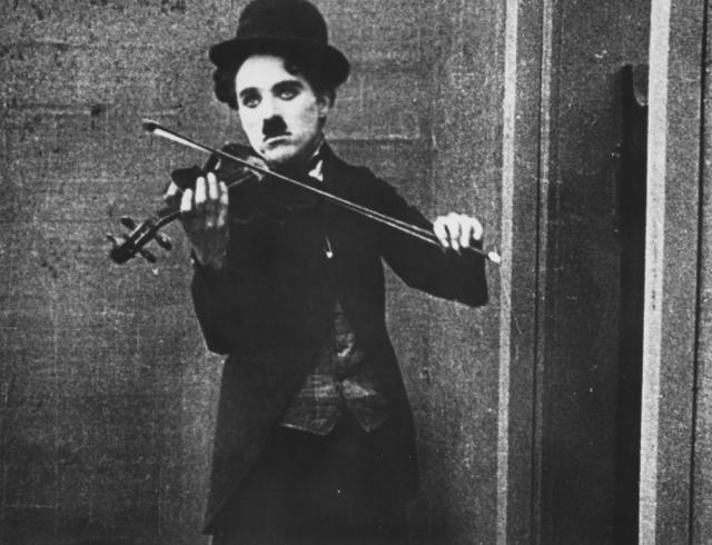 Чаплин был левшой, и даже на скрипке играл с левой руки.